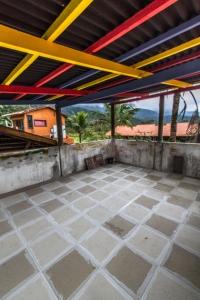 O belvedere ganho piso de um lindo porcellanato antiderrapante em xadrez de cores discretas, em contraposição ao teto vívido, que o João definiu 'circense'.
