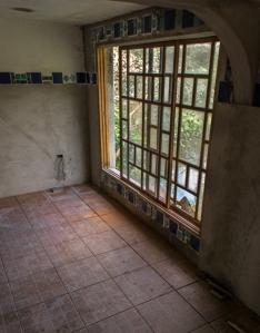 Nossa sala de oração está quase completa, com as grandes janelas antigas, os vitrais encaixados na parede, os arcos aludindo a mesquitas e catedrais, os mosáicos de Katia e a parede estrelada. Para podermos finalmente nos prostrar num lugar condizente, nesse contexto maravilhoso.